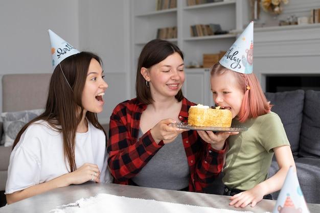 Femmes célébrant ensemble l'anniversaire de leur fille