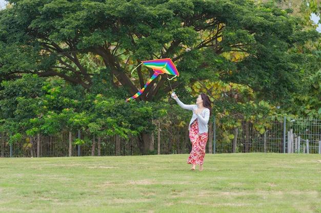 Femmes de cerf-volant heureux