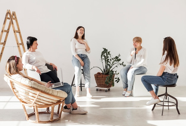 Les femmes en chemises blanches passent du temps ensemble