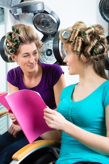 Femmes chez le coiffeur avec sèche-cheveux