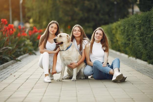 Femmes avec chien mignon dans la rue