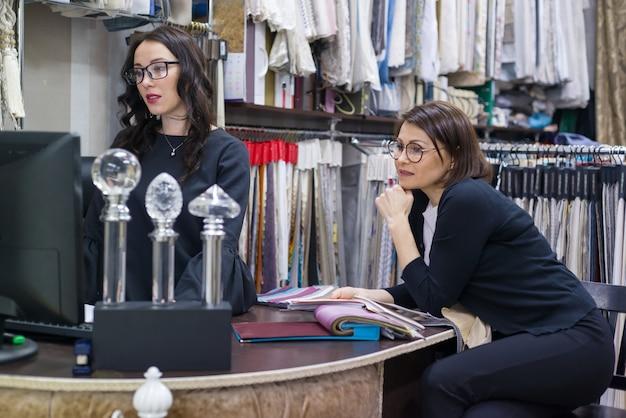 Les femmes choisissent les tissus pour rideaux et meubles rembourrés