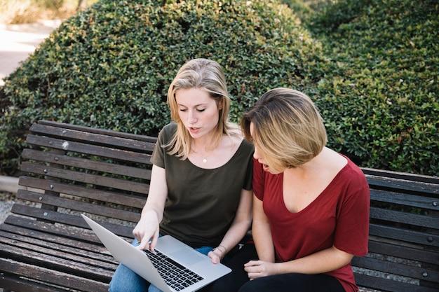 Femmes choquées pointant sur un écran d'ordinateur portable