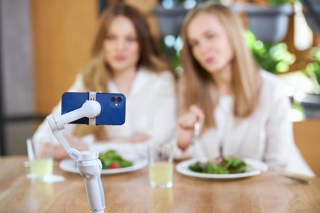 Femmes communiquant avec leurs abonnés lors de la diffusion en direct