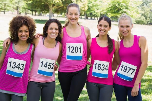 Des femmes confiantes participant à un marathon sur le cancer du sein