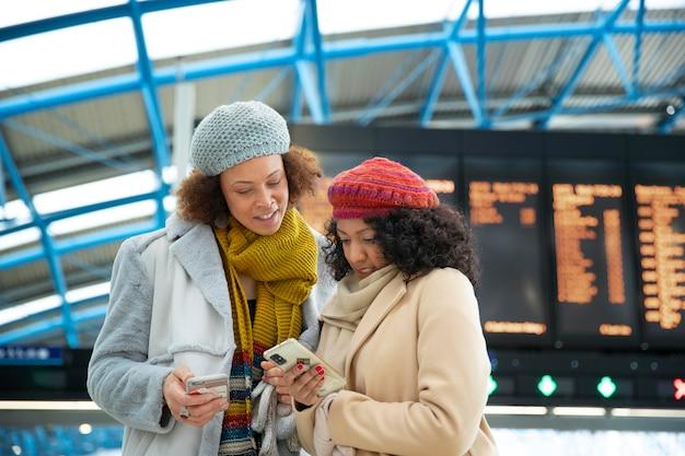 Femmes de coup moyen à l'aéroport