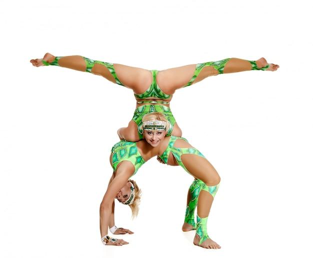 Femmes couple de danseuses, acrobates.