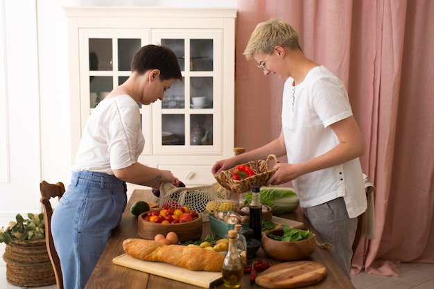 Femmes Cuisinant Avec Différents Ingrédients Photo gratuit