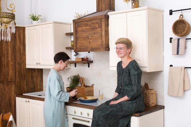 Femmes cuisinant ensemble à la maison