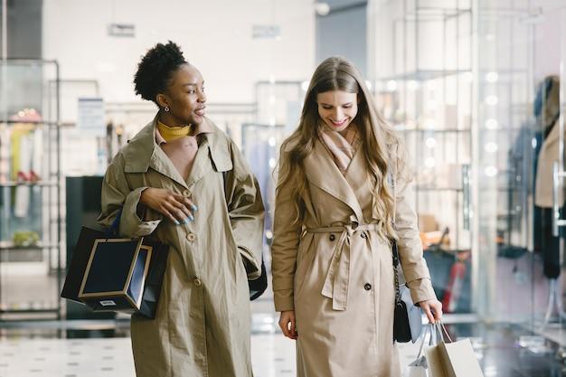 Les femmes dans un centre commercial.