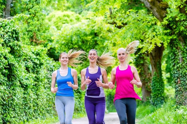 Femmes dans la forêt en courant pour le sport