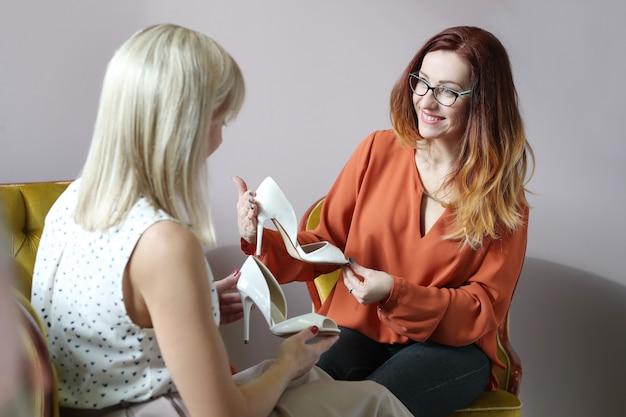 Femmes dans un magasin de chaussures