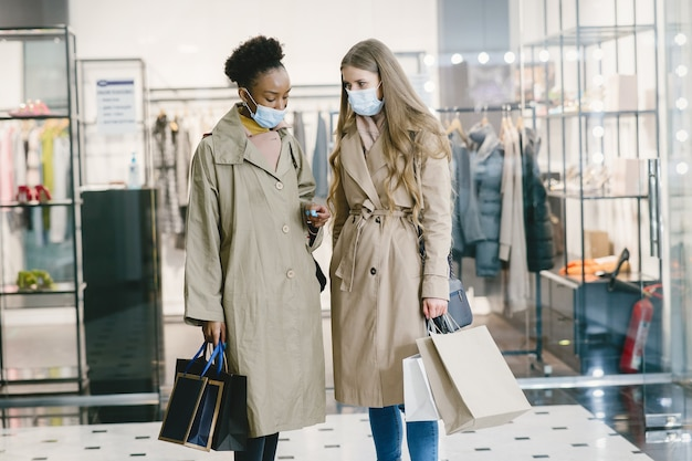 Les femmes dans les masques médicaux shopping.
