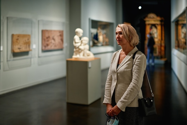 Les femmes dans le musée regarde des expositions d'art