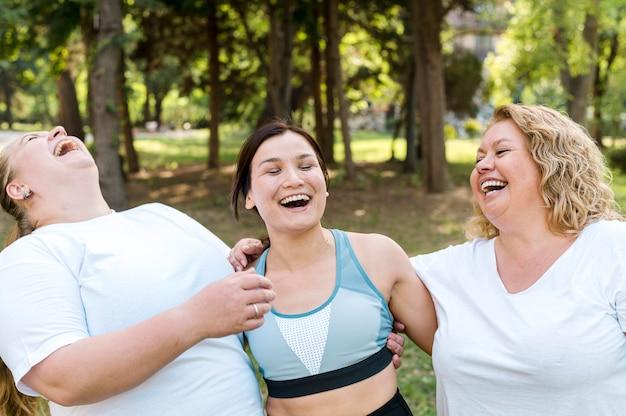 Femmes, dans parc, rire ensemble