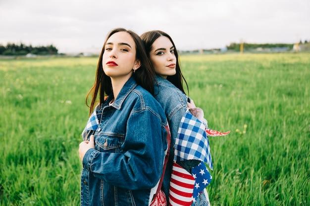Femmes dans des vestes de jeans avec des attributs américains