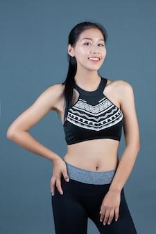 Les femmes dans les vêtements de sport