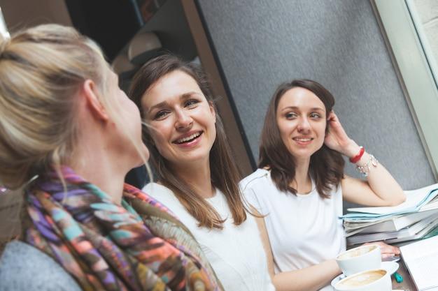 Femmes dégustant un café à copenhague