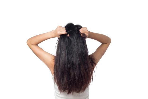 Les femmes démangent le cuir chevelu qui démange ses cheveux isolés sur blanc