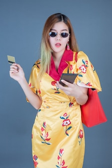 Femmes détenant des cartes à puce et des téléphones mobiles
