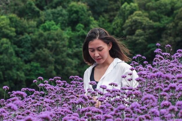 Les femmes du champ de la verveine sont épanouies et belles pendant la saison des pluies.