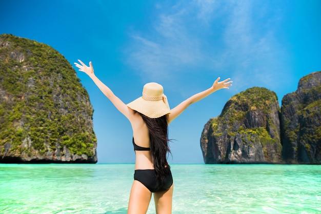 Les femmes du tourisme heureux sont venus à koh phi phi