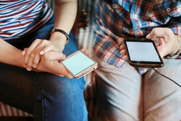 Femmes, écran tactile, et, dactylographie, ordinateur portable, sur, table bois