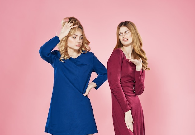 Femmes élégantes en robes mode décoration communication fond rose