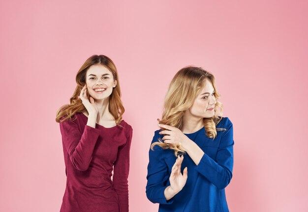 Les femmes élégantes s'habillent fond rose lifestyle studio lifestyle