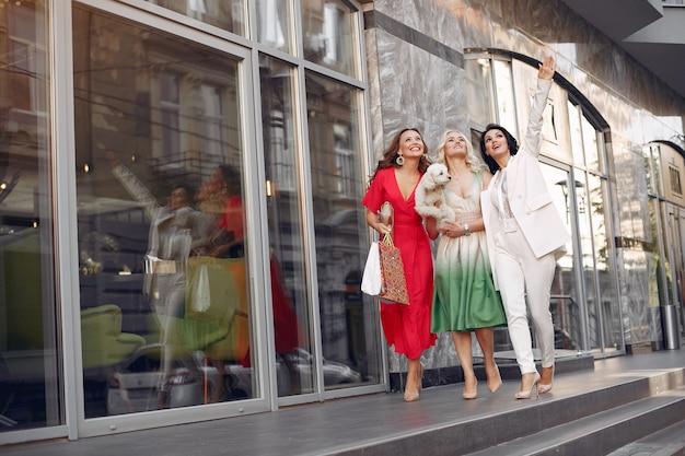 Femmes élégantes avec des sacs dans une ville