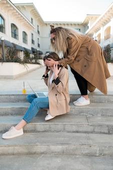Femmes élégantes se détendre à l'extérieur