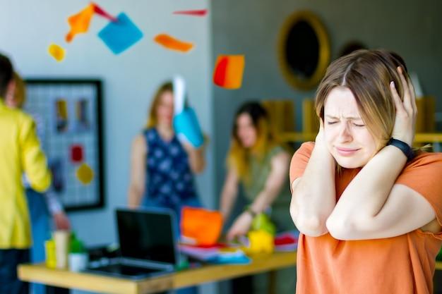 Les femmes employées de bureau trucs tenir la tête ont le stress maux de tête panique au travail besoin d'aide fond de chaos complet les gens fous gestionnaire se quereller discuter débat jeter le papier lors d'une réunion d'affaires