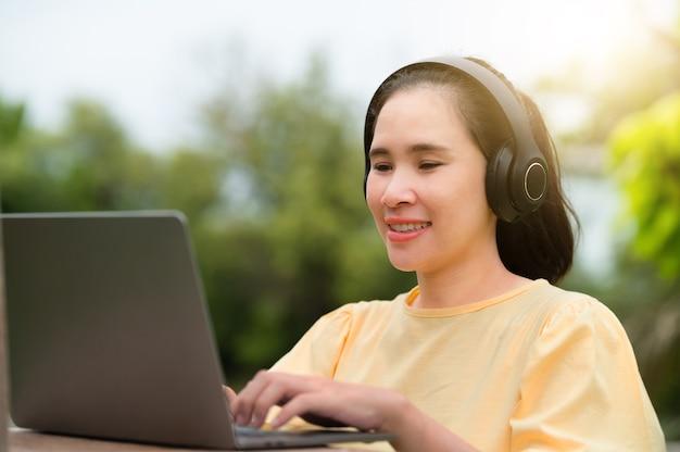 Les femmes enceintes achètent en ligne et travaillent à domicile avec des ordinateurs et écoutent de la musique.