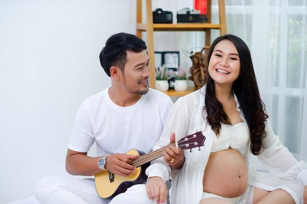 Les femmes enceintes apprécient leurs maris, chantant des chansons pour leurs enfants avec amour.
