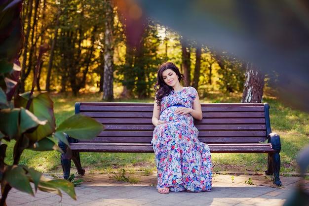 Femmes enceintes dans le parc