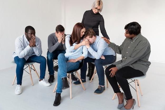 Femmes essayant de consoler un patient en réadaptation