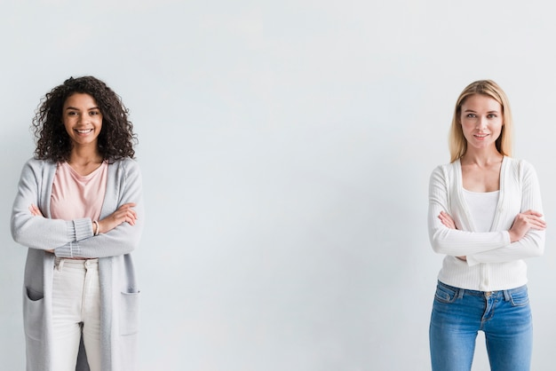 Femmes ethniques et blondes confiantes