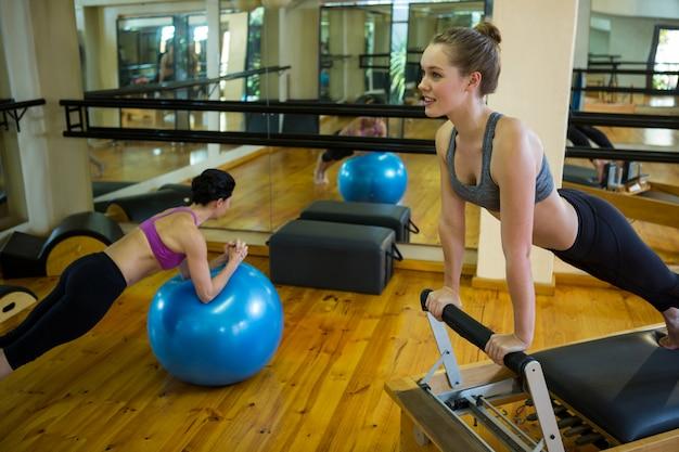 Femmes exerçant dans une salle de sport