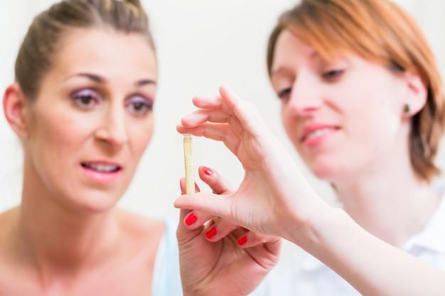 Femmes expliquant l'homéopathie globulaire