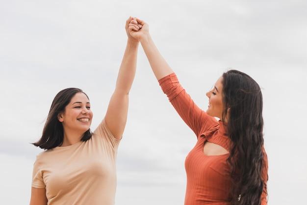 Femmes de faible angle se tenant la main