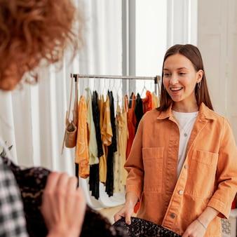 Femmes faisant du shopping ensemble en magasin