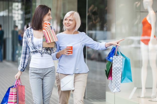 Les femmes faisant du shopping. mère et fille marchant ensemble sur une grande vente