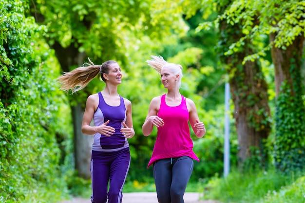 Femmes faisant du sport jogging dans le parc