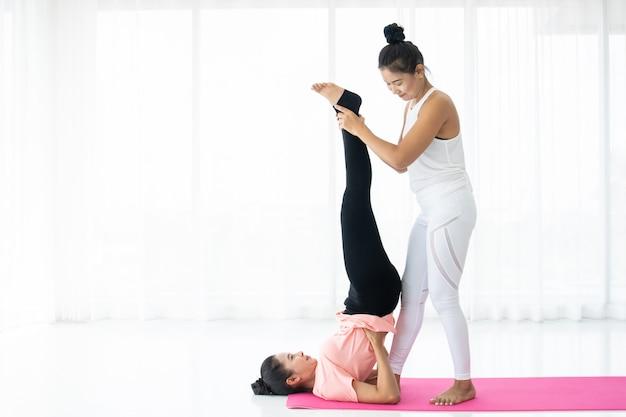 Femmes faisant du yoga ensemble, concept de bien-être, vie saine et activité saine dans le style de vie de tous les jours.
