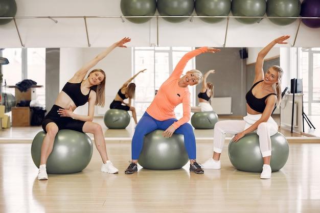 Femmes faisant du yoga. mode de vie sportif. corps tonique
