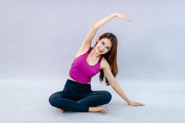 Femmes faisant du yoga pour la santé exercice dans la salle concept de soins de santé et de bonne forme