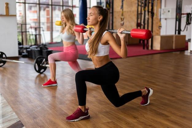 Femmes faisant de l'exercice au gymnase