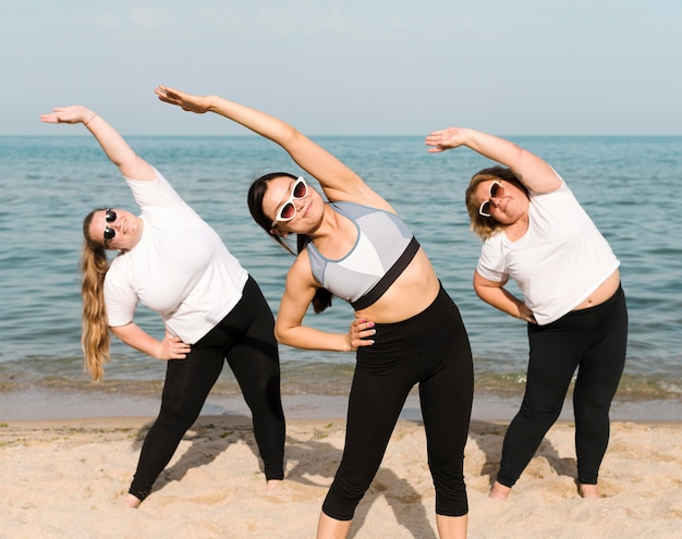 Femmes faisant des exercices au bord de la mer