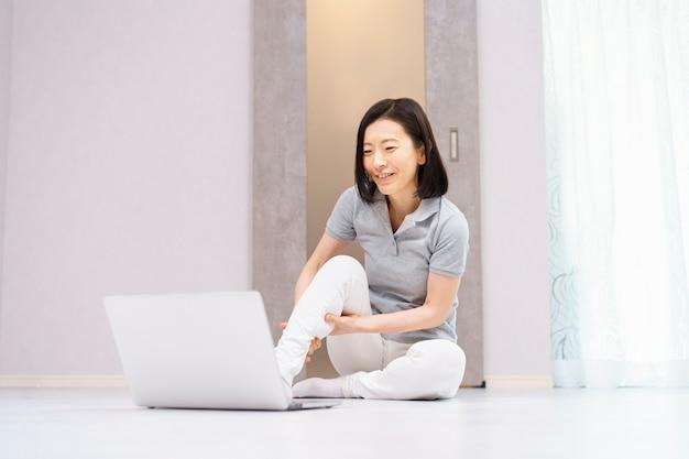 Les femmes faisant des exercices légers tout en regardant un ordinateur