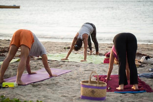 Femmes faisant des exercices de yoga ou pose de pigeon soutenu